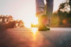 Manlöparespring på vägen med solljussignalljuset, slut upp på jogga genomkörarewellness för sko efter arbete Royaltyfria Foton