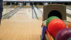 Manlek i bowlingklubban stock video