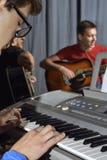 Manlekar på elektroniskt piano fotografering för bildbyråer
