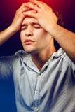 Manlidande från huvudvärk och spänning royaltyfri fotografi