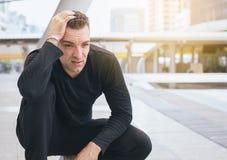 Manlidande från smärtar skada efter körande ha joggat för sportövning och den utomhus- genomköraren royaltyfri bild