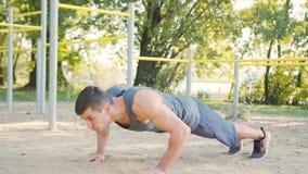 Manlig övning för Athlet Push-UPS styrkautbildning arkivfilmer
