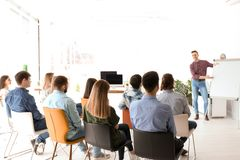 Manlig affärsinstruktör som ger föreläsning royaltyfria bilder
