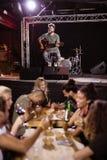 Manlig aktör som sjunger på etapp Royaltyfri Bild