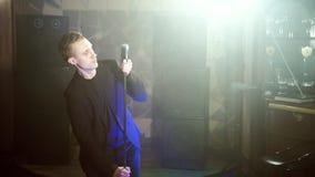 Manlig aktörinställningsmikrofon som får klar för repetition stock video