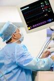 Manlig anaesthesiologist med bildskärmen Fotografering för Bildbyråer