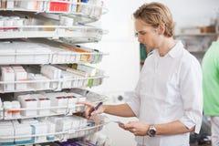 Manlig apotekare Filling Prescription Arkivbild