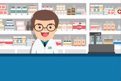 Manlig apotekare på räknaren i ett apotek Royaltyfri Bild