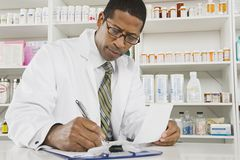 Manlig apotekare Working In Pharmacy royaltyfri bild