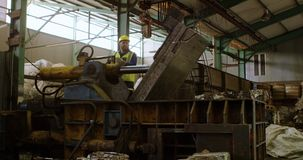 Manlig arbetare som arbetar på maskinen i lagret 4k lager videofilmer
