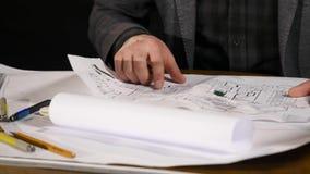 Manlig arkitekt på arbete Arkitekt Hands Linjal och en blyertspenna i handen av arkitekten Design av huset tekniker lager videofilmer