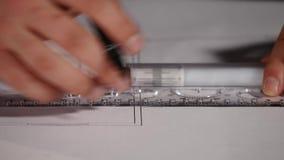 Manlig arkitekt på arbete Arkitekt Hands Linjal och en blyertspenna i handen av arkitekten Design av huset tekniker stock video