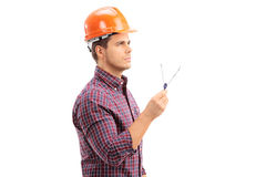 Manlig arkitekt som rymmer en teckningskompass Royaltyfri Bild