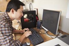 Manlig arkitektUsing 3D skrivare In Office Royaltyfri Bild
