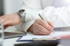 Manlig arm i penna f?r dr?kt- och bandh?llsilver arkivbilder