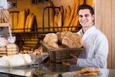 Manlig bagare på bagerit arkivbild
