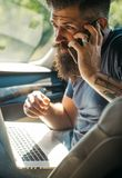 Manlig barberareomsorg skäggig man taxa Trafikstockning på vägen Tid din bilmatningsbensinstation Brutal caucasian hipster med mu fotografering för bildbyråer