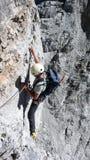 Manlig bergsbestigare på och synlig för att vagga framsidan på hans väg till det Eiger berget i de schweiziska fjällängarna nära  royaltyfri foto