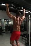 Manlig bodybuildingidrottsman nen Doing Pull Ups arkivfoton