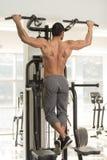 Manlig bodybuildingidrottsman nen Doing Pull Ups arkivbilder