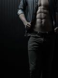 Manlig bröstkorg och Mitt--avsnitt arkivfoton