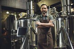 Manlig bryggeriarbetare i förkläde Royaltyfria Foton