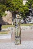 Manlig busking konstnär som utför som en levande staty royaltyfri fotografi