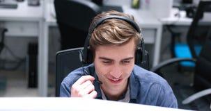Manlig call centeroperatör som gör hans jobb arkivbild
