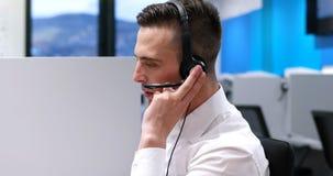 Manlig call centeroperatör som gör hans jobb royaltyfria bilder