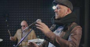 Manlig caucasian musikerinställningsmikrofon stock video