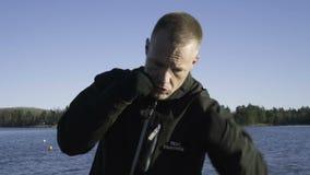 Manlig caucasian svensk yrkesmässig boxareutbildning som är utomhus- i natur arkivfilmer