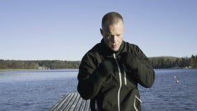 Manlig caucasian svensk yrkesmässig boxareutbildning som är utomhus- i natur stock video