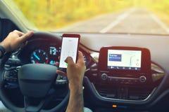 Manlig chaufför som använder smartphonen för att kalla 911 nöd- nummer, stund arkivfoto