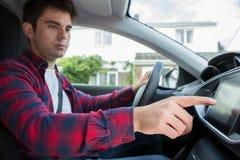 Manlig chaufförUsing Touchscreen In bil royaltyfri fotografi