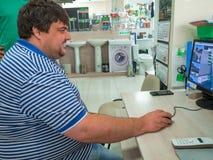 Manlig chef för arbete som arbetar på datoren Royaltyfri Bild