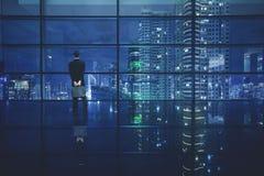 Manlig chef som ser en stad arkivbilder