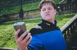 Manlig cosplayer i den Star Trek dräkten Arkivbild