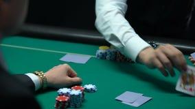 Manlig croupier som handlar kort, spelare som ser den dåliga kombinationen, par av fyrtio lika lager videofilmer