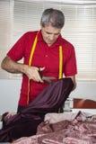 Manlig Cutting Textile In för modeformgivare fabrik royaltyfria bilder