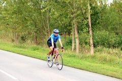 Manlig cyklist som rider en cykel Arkivfoton