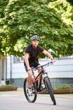 Manlig cyklistutbildning i centrum arkivfoto
