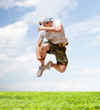 Manlig dansarebanhoppning i luften Arkivfoton