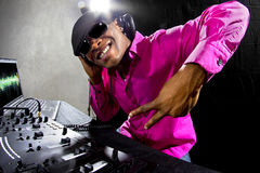 Manlig discjockey som spelar elektronisk musik Royaltyfria Bilder
