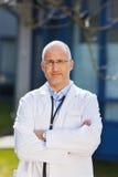 Manlig doktor With Arms Crossed fotografering för bildbyråer