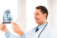 Manlig doktor eller tandläkare med röntgenstrålen Royaltyfri Fotografi