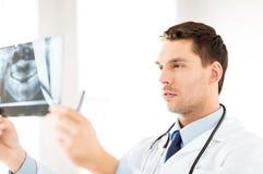 Manlig doktor eller tandläkare som ser röntgenstrålen Arkivfoton