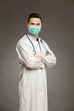 Manlig doktor i en kirurgisk maskering Royaltyfri Foto