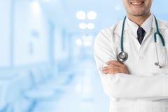 Manlig doktor i sjukhuset Arkivbild
