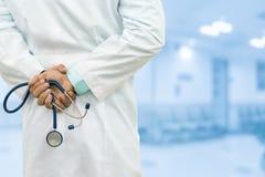 Manlig doktor i sjukhuset Arkivfoto