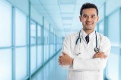 Manlig doktor i sjukhuset Fotografering för Bildbyråer